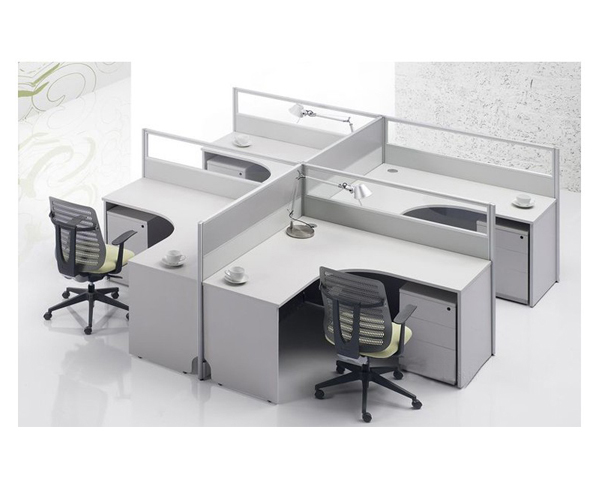 现场安装屏风办公桌注意事项7:安装完后清理现场。 那如何进一步安装呢?以下为您介绍办公家具产品-办公桌安装过程: 一、明晰图样 在办公桌安装之前,需明晰图样,弄明白到底是什么款式,如何安装,做到心中有数。 二、桌面板的安装 1、桌面板封边 根据桌面板周边的长度,将四根封边条两端锯成45斜角,并保证长度尺寸。然后分别涂胶,用无头或扁头圆钉钉在桌面板周边,要求各胶接面和斜角接合处都要密缝。 2、覆线 将桌面板下面四根边框板条的两端也锯成45斜角,并保证长度尺寸,然后胶钉桌面板下面的四边。 3、加工成型边