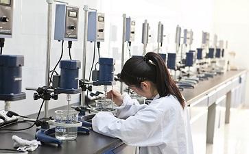 纤维素厂-淄博贝蕾化工公司员工对纤维素检测,一丝不苟