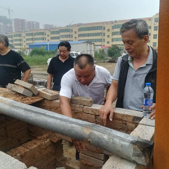 省、市、县政协来我公司考察,贾总经理讲解我公司的垃圾焚烧无烟锅炉