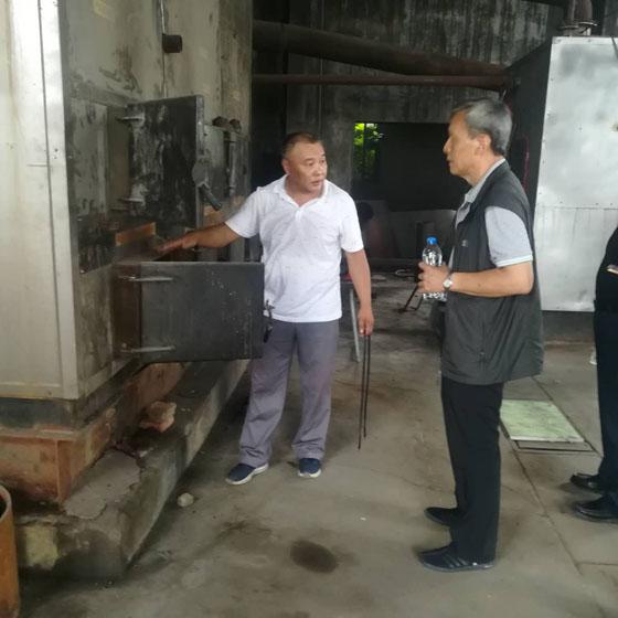 省、市、县政协来我公司考察,贾总经理介绍大型无烟相变锅炉其结构燃烧方式