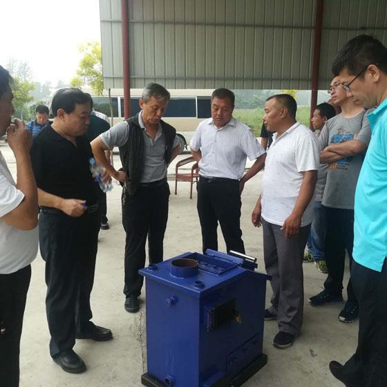 省、市、县政协来我公司考察,贾总经理介绍相变无烟家用小型采暖炉