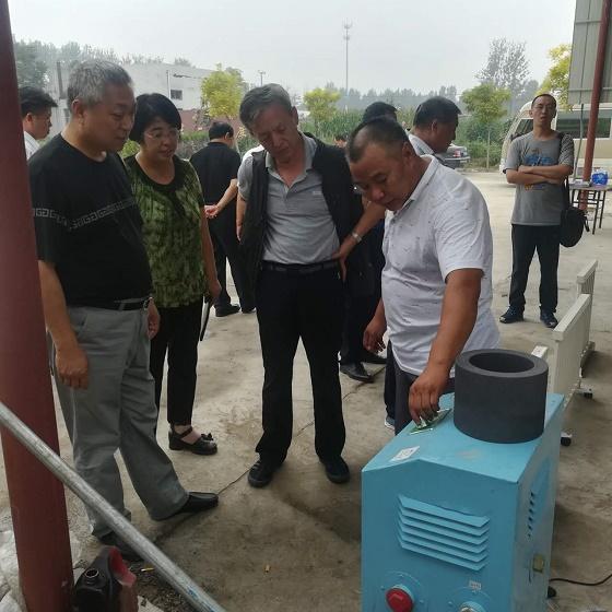 省、市、县政协来我公司考察,贾总经理给领导讲解电磁石墨苷锅采暖炉的原理