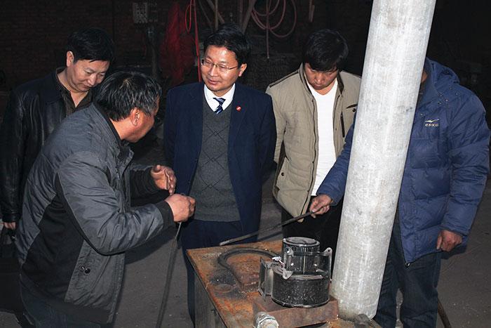扶刚 在视察无烟锅炉实验
