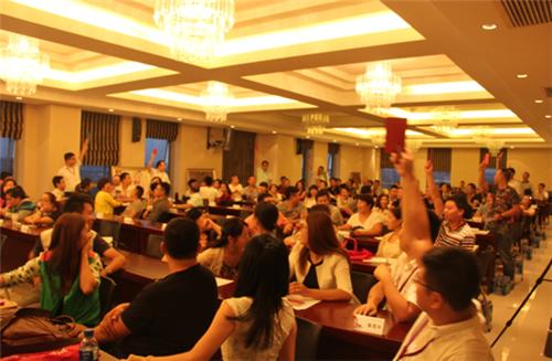 会议现场加盟商一起做游戏-格莱美墙纸9月加盟商培训大会圆满举行