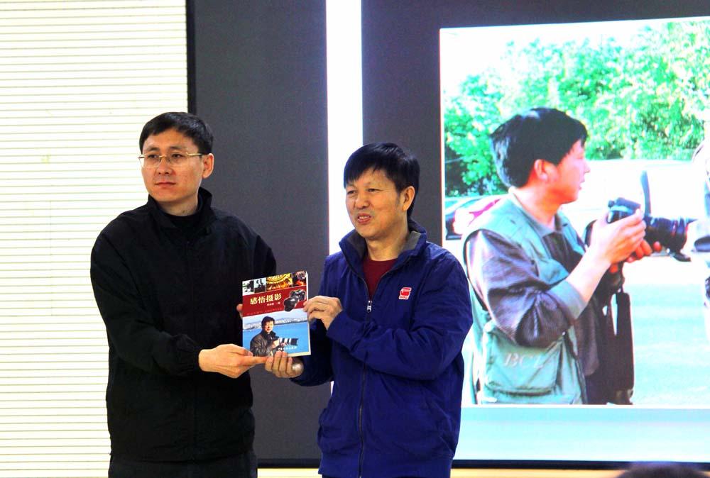本会与革命老区吴起县摄影家协会举办了专题摄影讲座并到定边、华池等周边摄影采风