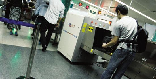 【安检机租赁】过安检千万不要掀铅帘拿行李