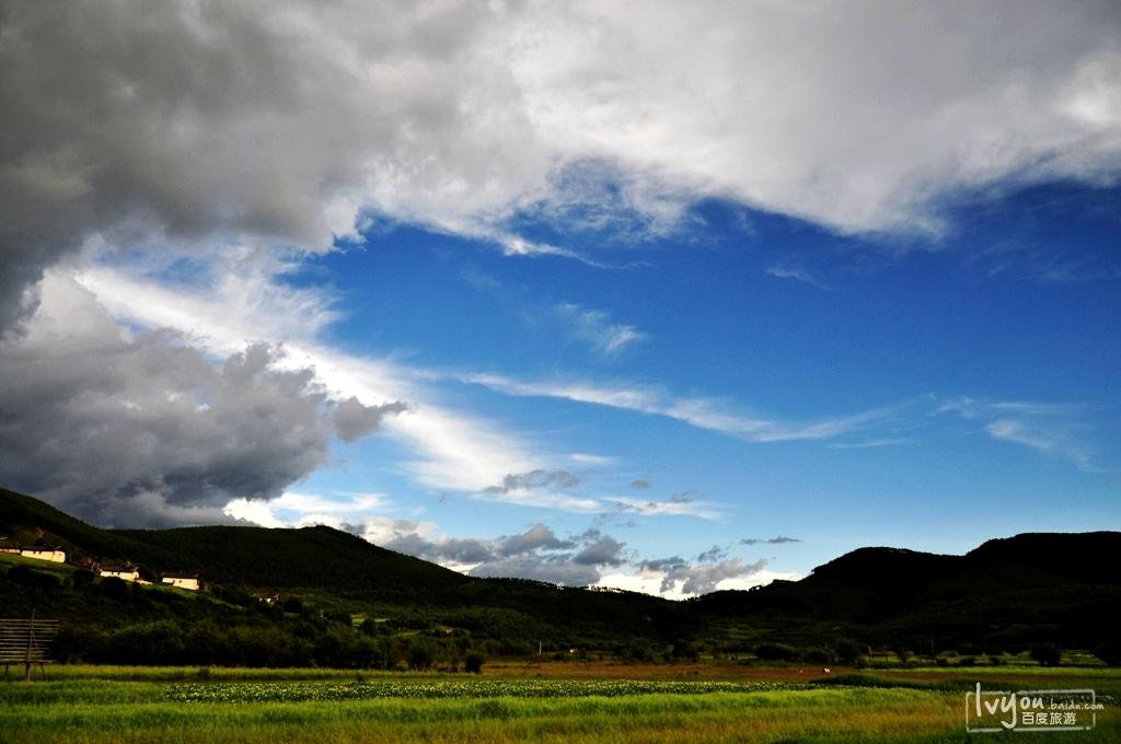 以高原草甸和雪山聞名,小說《消失的地平線》稱其為夢中的世外桃源。