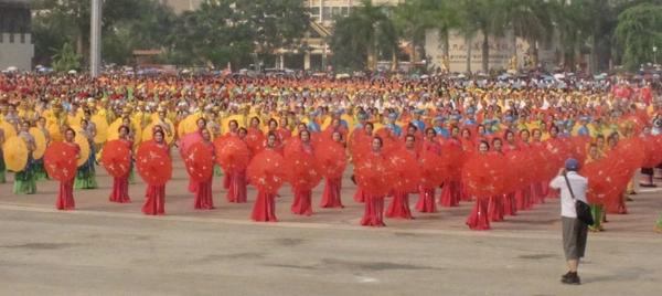 世界最大规模的傣族伞舞——2014西双版纳泼水节万人傣族伞舞