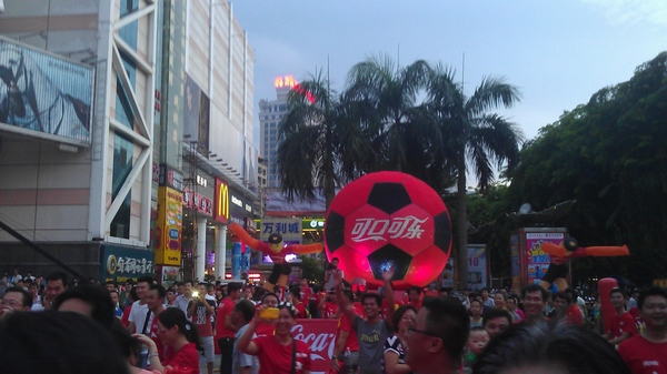 世界最大的可口可乐瓶盖足球——可口可乐瓶盖足球