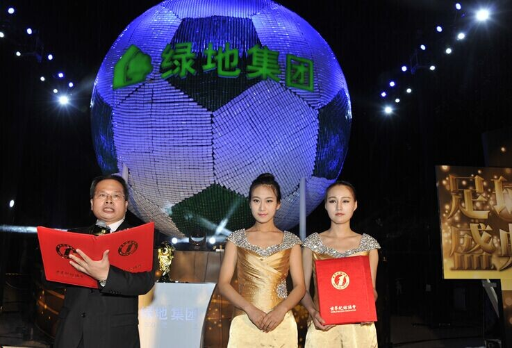 """世界最大的易拉罐足球——""""世界之冠""""易拉罐足球"""