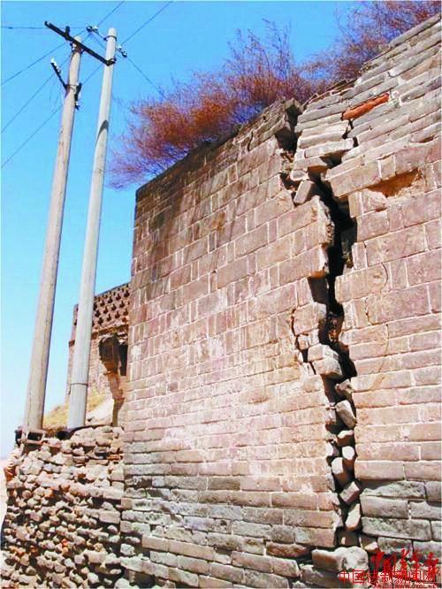山西一村庄地下因挖煤悬空 房屋道路开裂形似震后