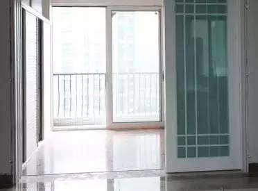 开荒保洁门和框清洁