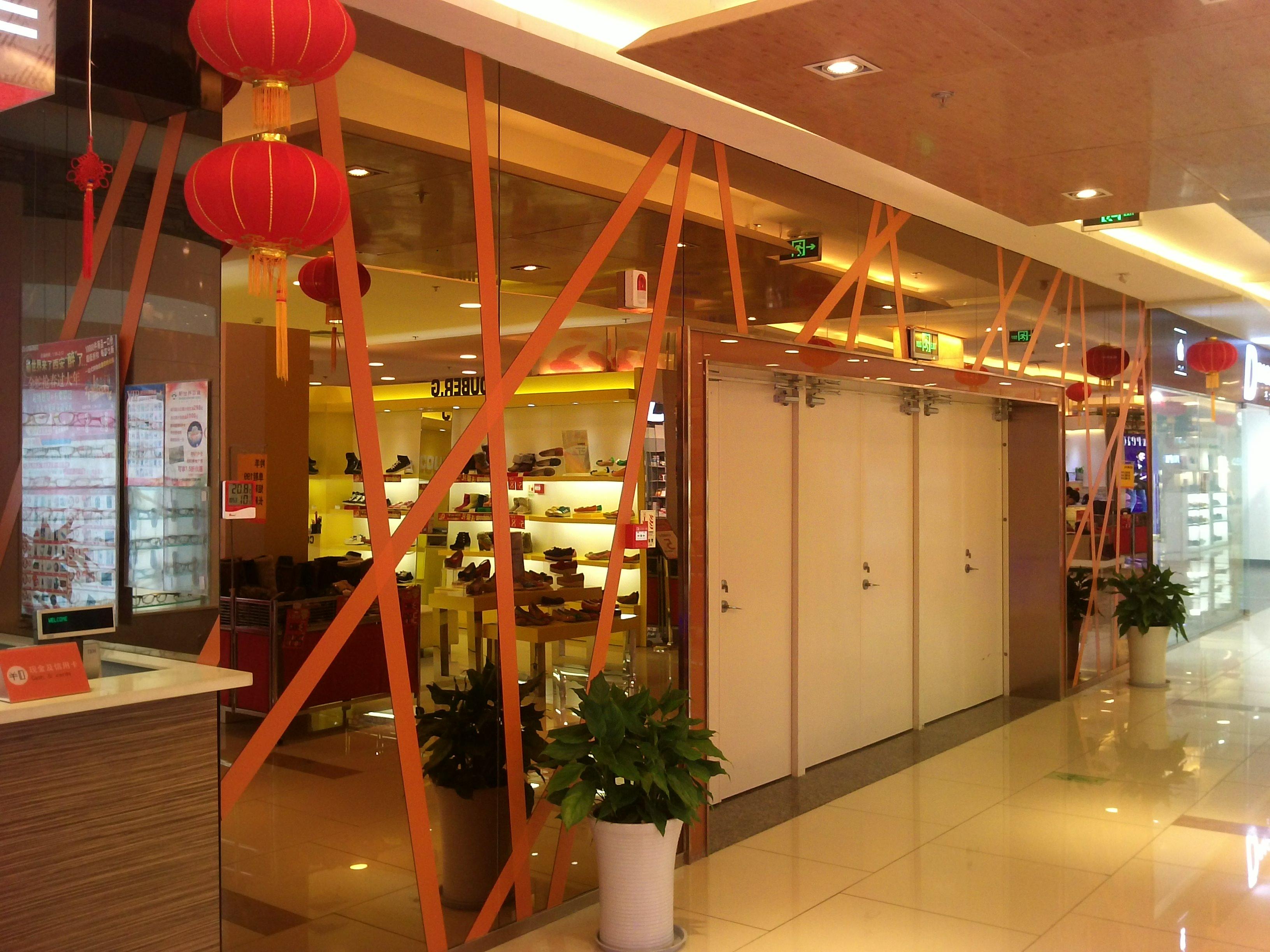 名称:西安香港新世界百货 面积1000平米 使用产品:3M黄色即时贴 目的:制作树枝网状装饰风格,使玻璃更加立体生动,提升卖场形象