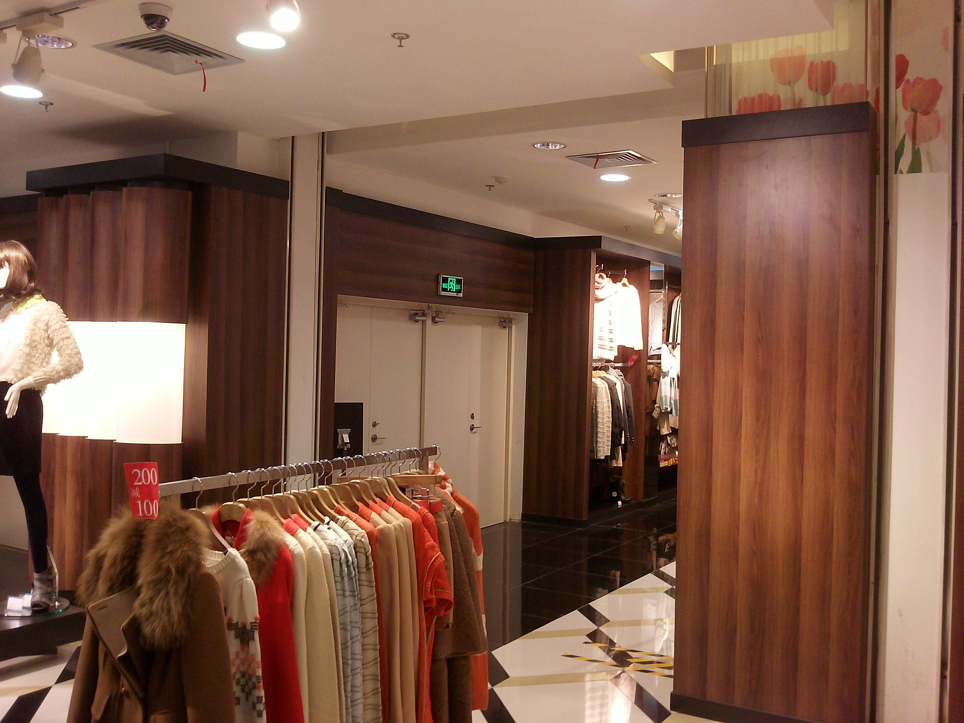 名称:西安香港新世界百货 面积;1000平米 使用产品:3M柔饰贴膜 颜色:黄色木纹 目的:遮挡白色墙面,使墙面更加有木质感同时防火