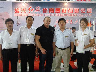 国际体育用品博览会上,美国著名健身教练鲍威尔先生希望引进我们的新产品进入美国市场,并且提出做我们品牌美国总代理的愿望