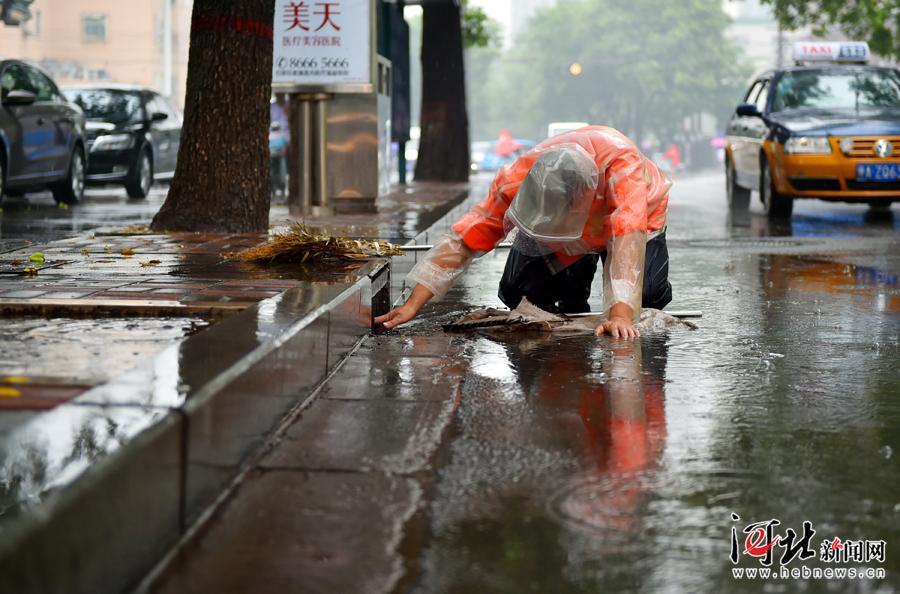 石家庄环卫工人跪在地上用手清理排水口