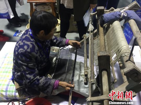 明朝织机亮相河北安平丝网博览会 老手艺人希望有传承