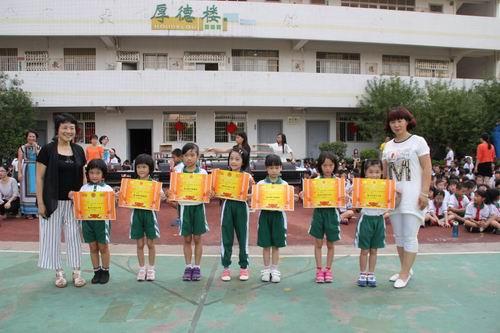 """小榄镇中心小学2015学年""""体育节队形队列""""比赛圆满结束"""