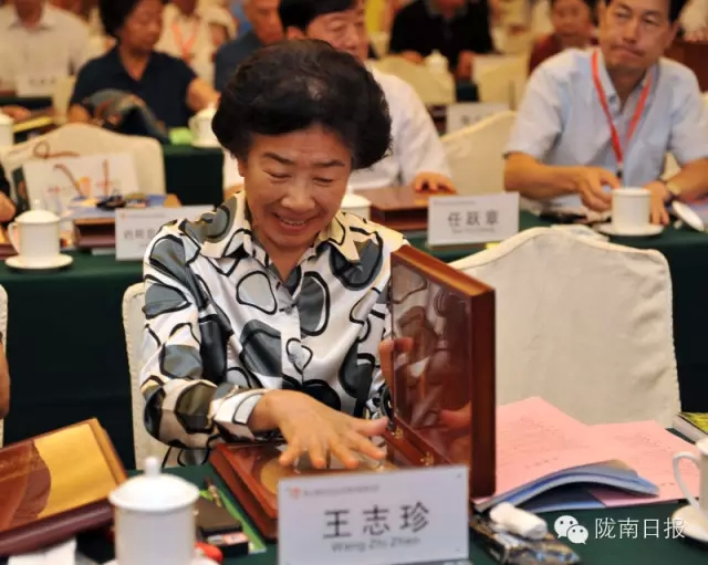 Ms. Wang Zhizhen, Vice Chairperson of the National Political Consultative Conference is Making her Handprints