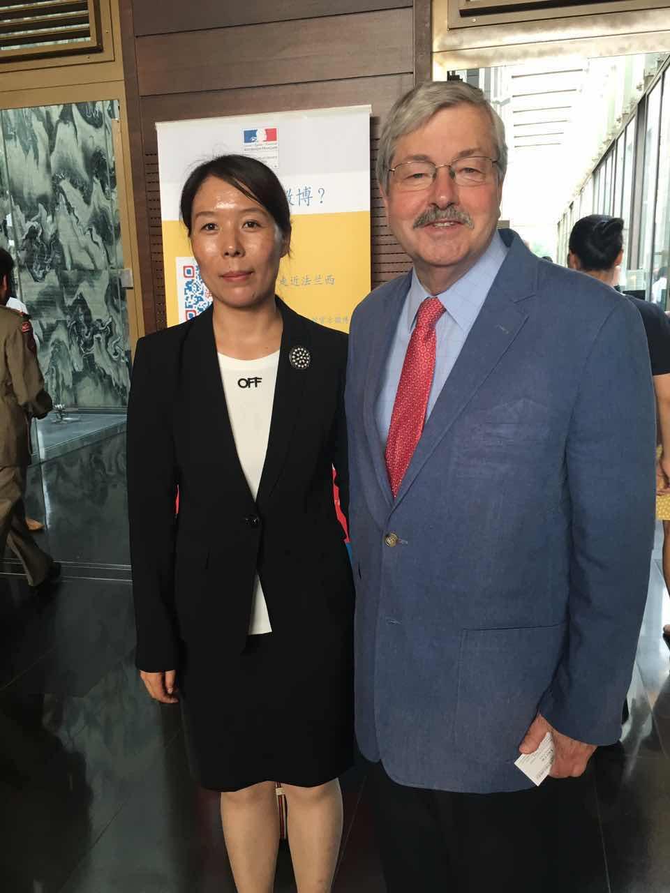 美国驻华大使特里·布兰斯塔德与组委会秘书长崔江红