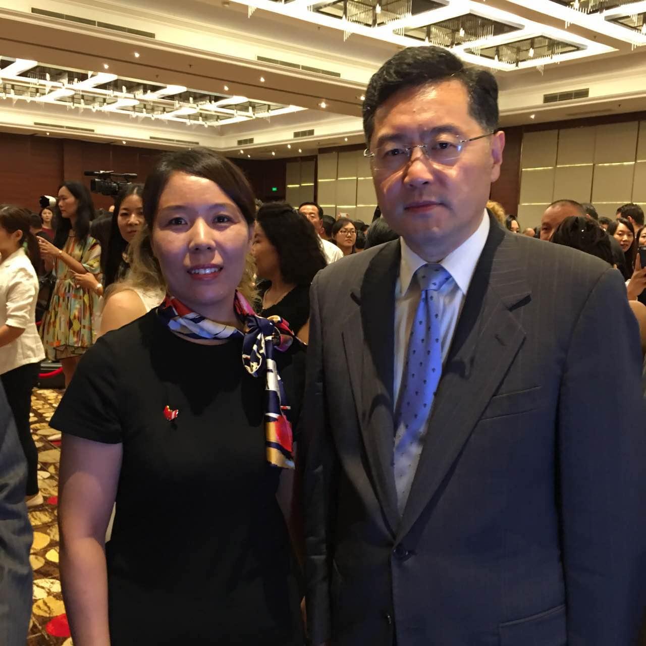 外交部部长助理秦刚与组委会秘书长崔江红
