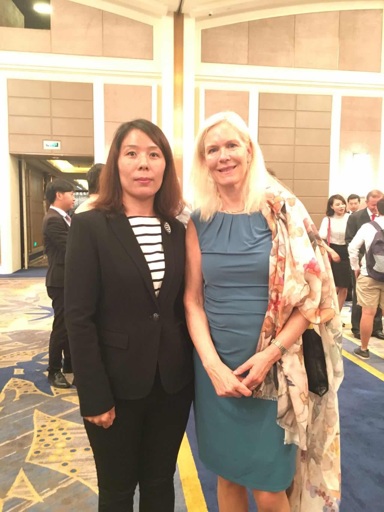 瑞典驻华大使林戴安与组委会秘书长崔江红