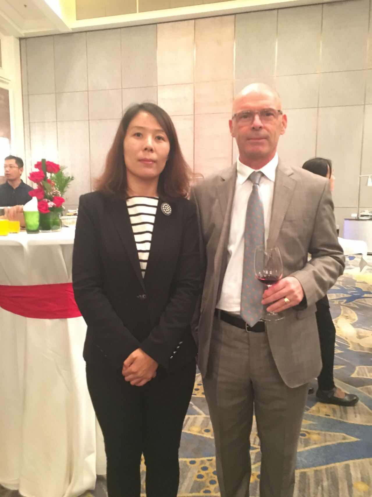 阿尔巴尼亚共和国驻华大使赛利姆·贝洛尔塔亚与组委会秘书长崔江红
