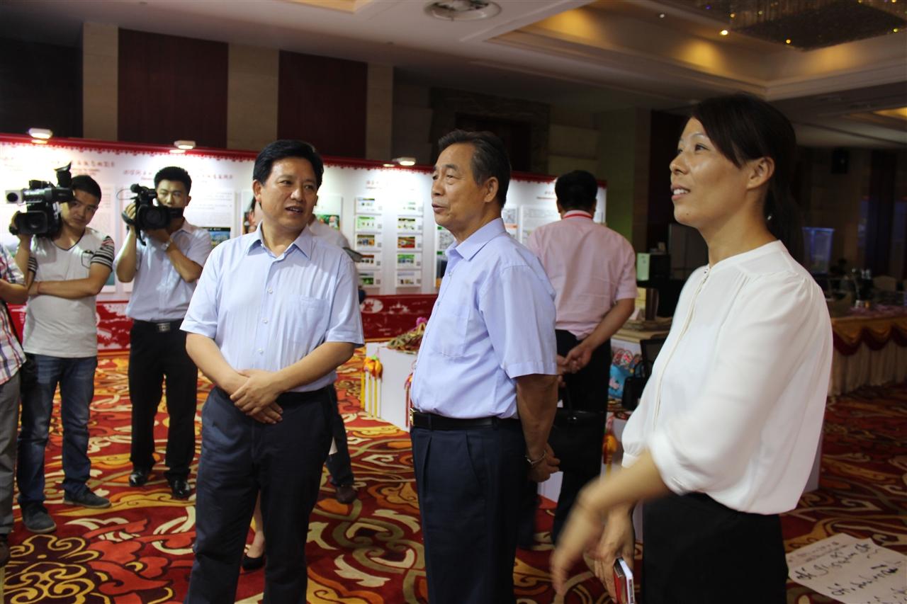 文化部党组成员、副部长常克仁在组委会秘书长崔江红的陪同下观看展览