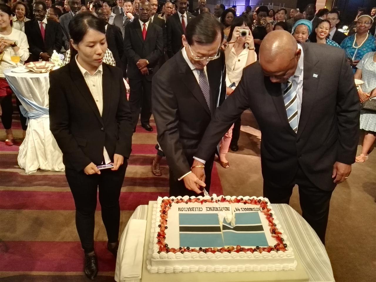 外交部张明副部长与向组委会崔江红秘书长共同出席博茨瓦纳独立日招待会