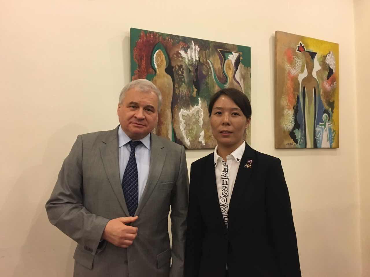 俄罗斯联邦驻华大使杰尼索夫与组委会秘书长崔江红
