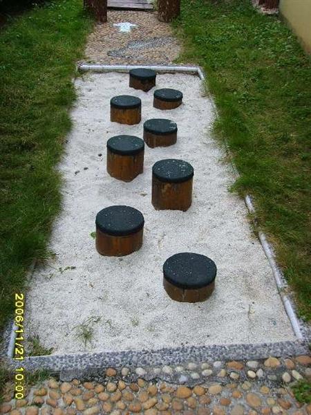 幼儿园户外环境:走树桩-幼儿园装饰网