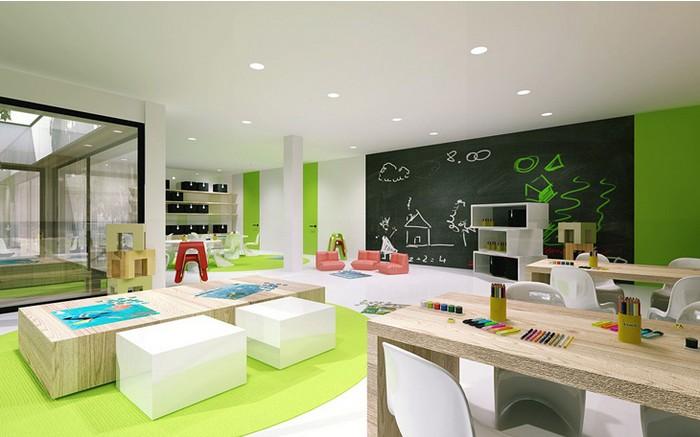 幼儿在美工室的活动是通过幼儿在观察物象的形状、颜色、结构等的基础上,培养他们用绘画和手工(泥工、纸工、自制玩具等)充分表现自己对周围生活的认识和情感。对于有美工特色的幼儿园,美工室是不可或缺的幼儿公共活动房。 一、美工室的平面设计 美工室设计一般以朝南为宜,应避免东西向。 美工室平面形状要服从幼儿园建筑整体设计,但仍以矩形为宜。其面积可容纳一个班级幼儿的活动,约与班级活动室面积相当。 为了增加墙面展示面积,美工室的采光需要满足窗地比为1/5,采用单面采光较好。 二、美工室室内家具、设置配置设计 幼儿在美工