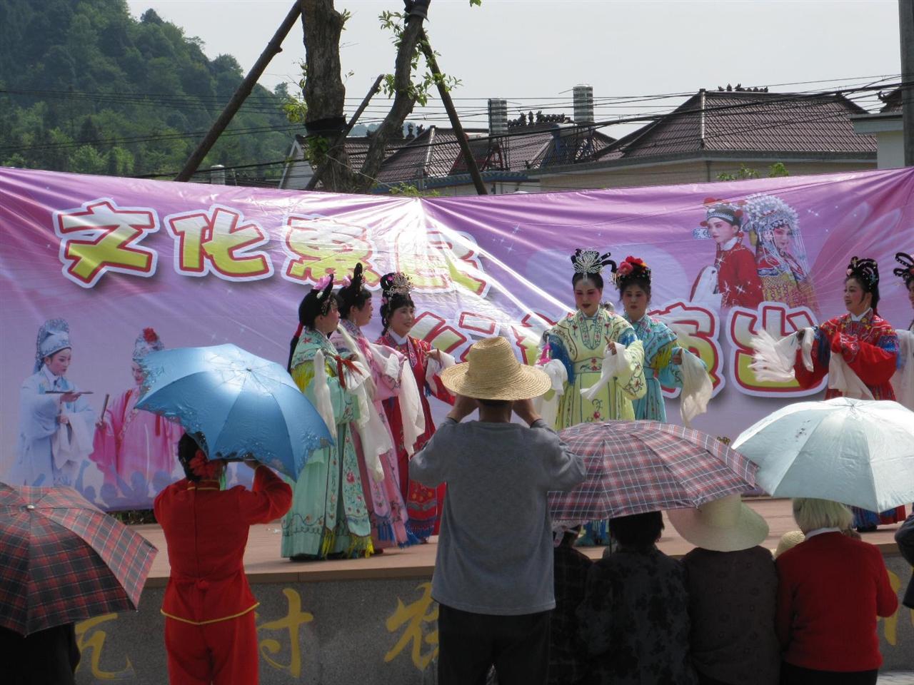 2015年4月23日市文化馆及黄梅戏协会深入天门镇郎坑村主办了文化惠民公益演出