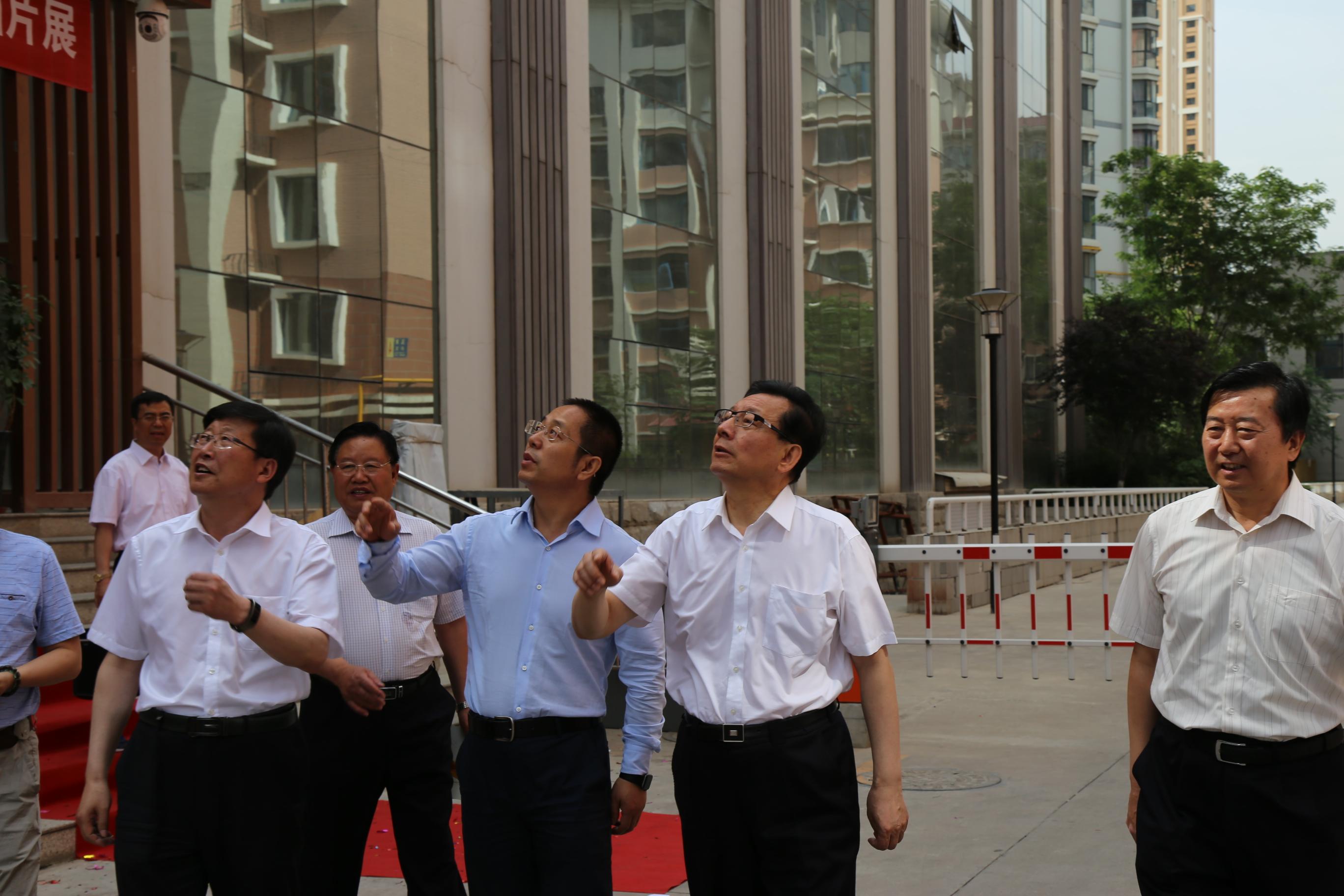 省政协主席冯健身到甘肃文交中心参观考察