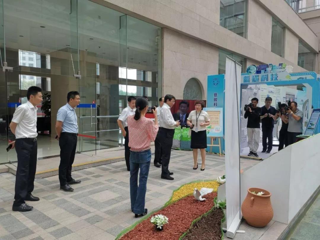 海淀区委书记于军参加海淀区公共机构节能宣传周,对荔驰有机覆盖物给予肯定。