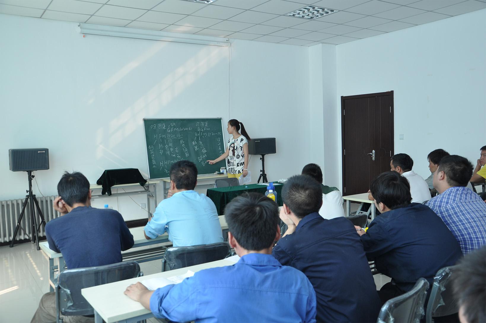 技术质检部员工为生产车间人员授课