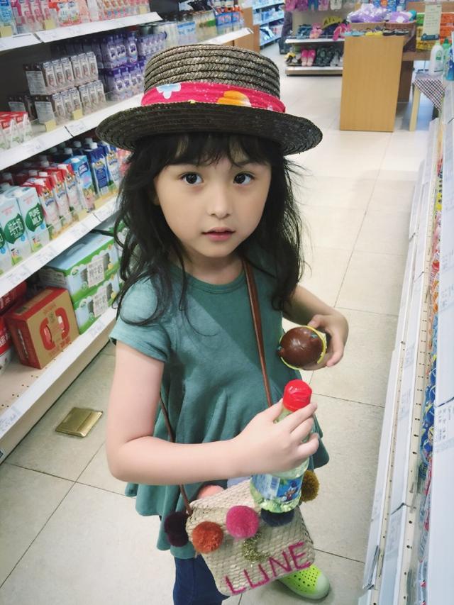近日,人气小童星刘楚恬在微博中晒出自己的照片,并说:终于结束忙碌