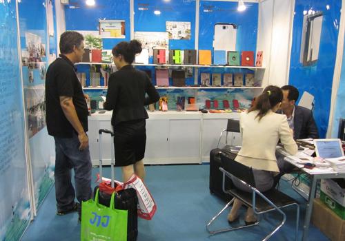 环球资源香港(春季)消费电子展 接待人员与客户合影