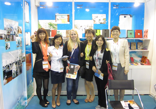 举世资本香港(春季)消耗电子展 接待职员与客户合影