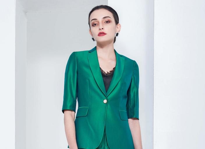 女式时尚炫彩系列职业装,版型贴身,S收腰设计,尽显女性之柔美体型!