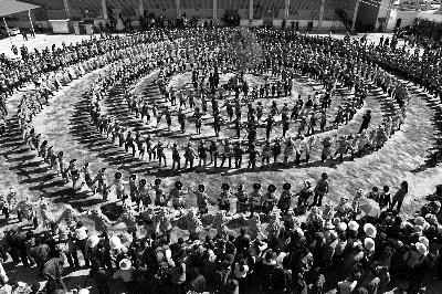 楚雄州武定县猫街镇正月十五千人跌脚活动 杨开明 摄-云南楚雄 六个到
