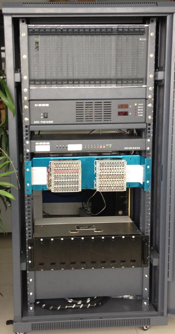 安装中的调度主机图 1.2 先进的数字煤矿调度录音系统(申欧SOC1800型) 调度系统内置嵌入先进的在线数字录音板SVR(内置160G-500G硬盘),可对整个属于数字调度机系统任何调度总机或分机进行全部录音(目前在国内调度机首创,内置式数字录音系统无需要电脑开机,只需用电脑管理维护)。