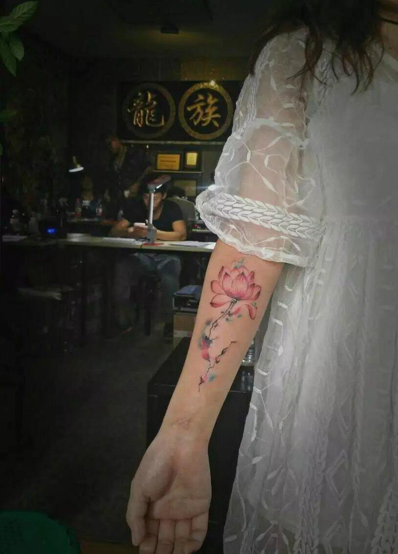 武汉龙族纹身-水彩小臂莲花纹身作品、莲花纹身含义与纹身寓意