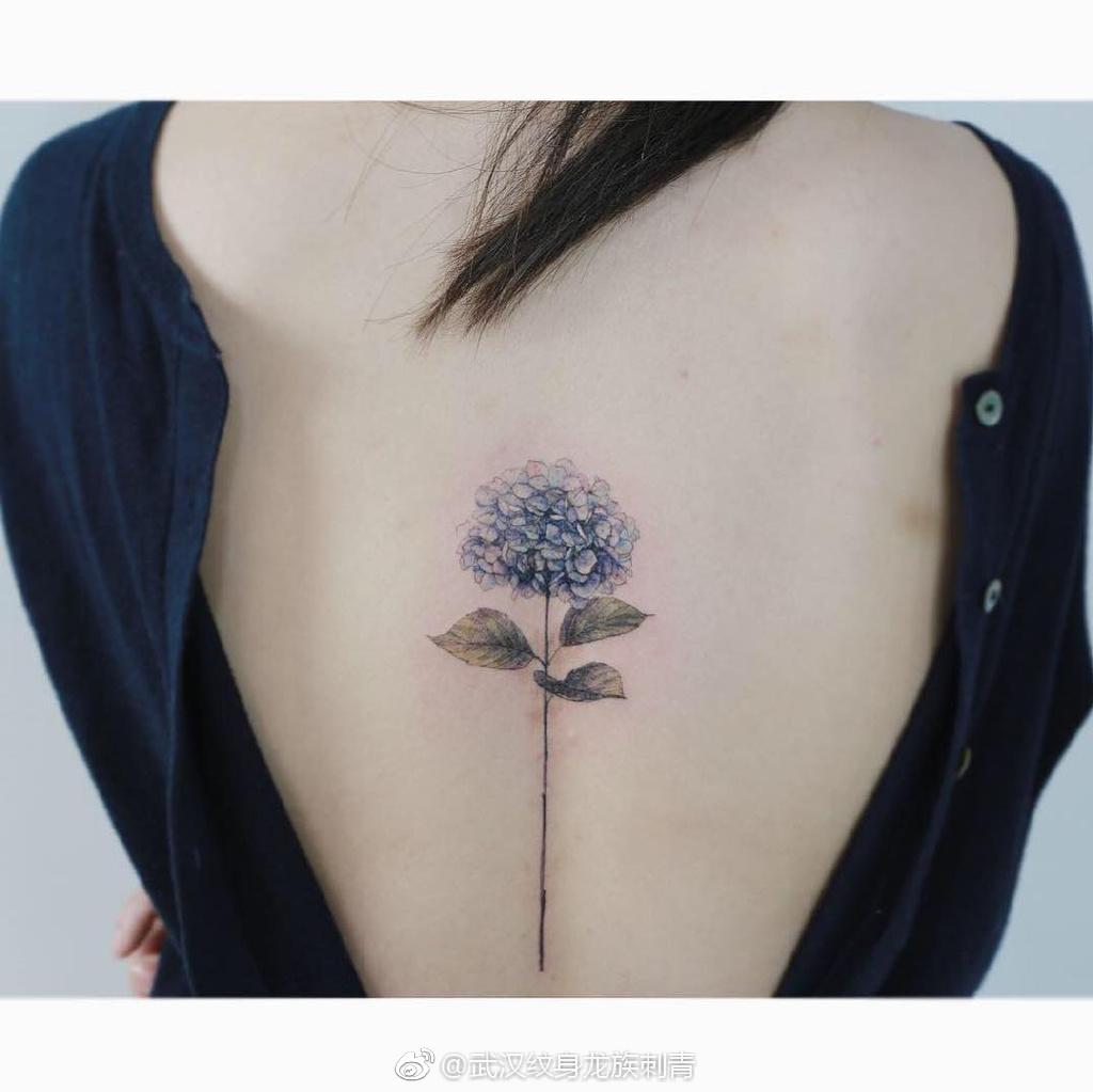 脊柱蓝色素花纹身 武汉龙族纹身