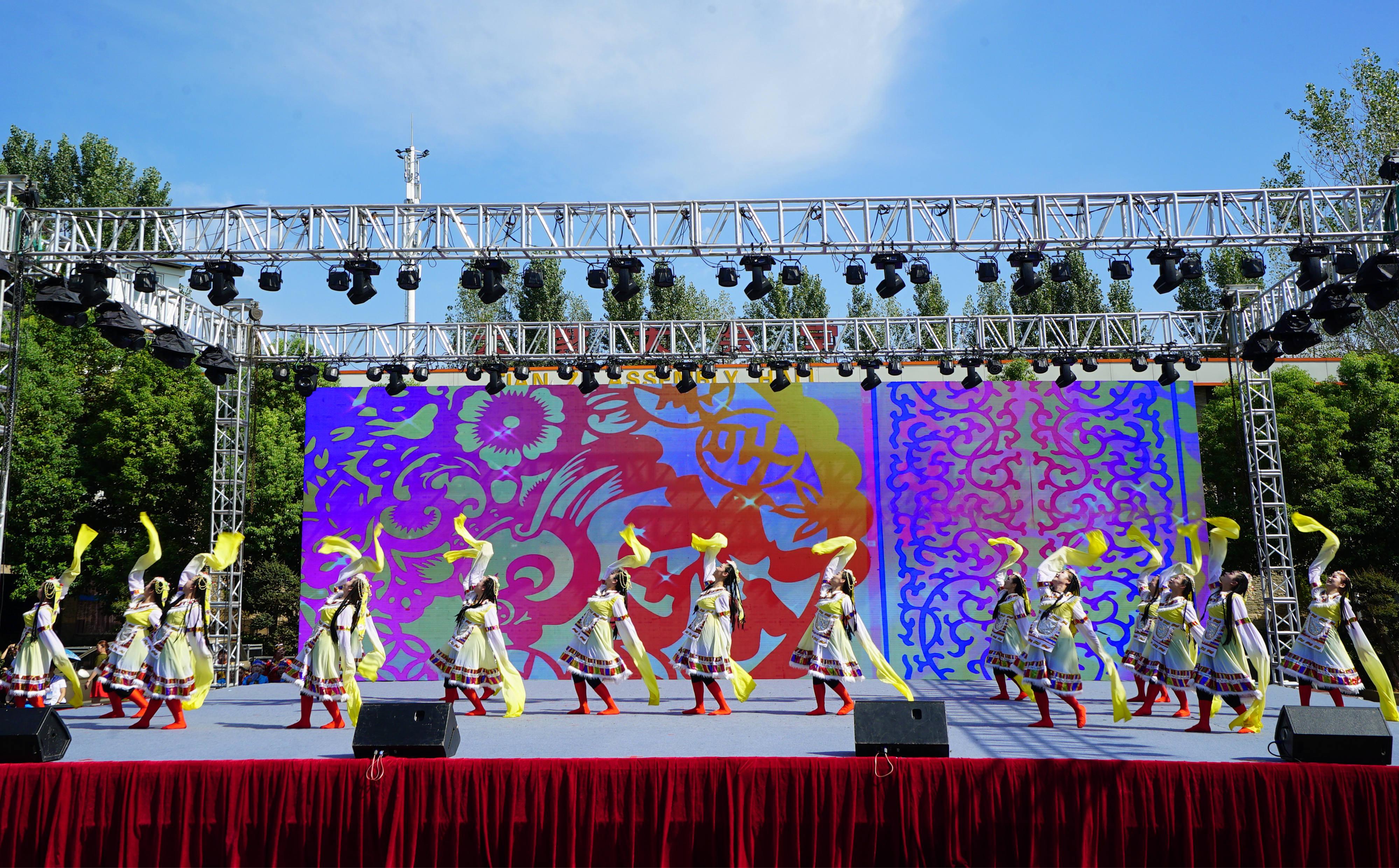 湖北省广场舞联赛(孝感站)在和记娱乐App湖举行