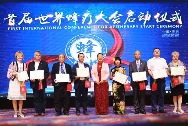 首届世界蜂疗大会上李万瑶会长为国内外优秀论文获奖专家颁发证书