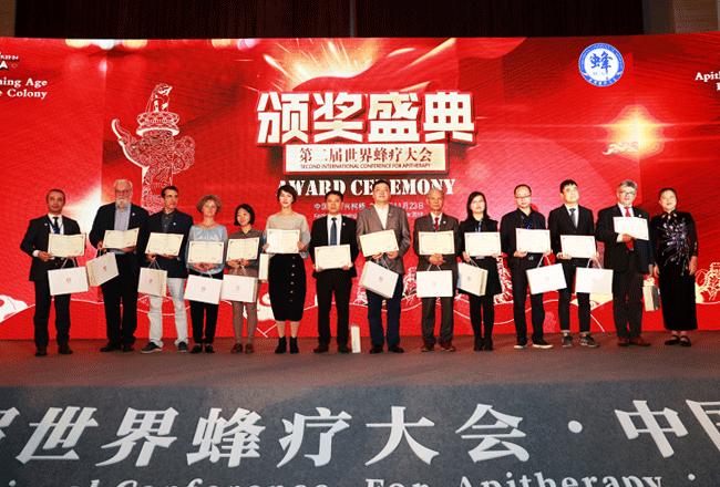"""李万瑶会长为""""2019年度优秀论文获奖者""""颁发证书与奖品"""